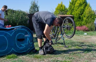 Setting the mountain bikes before to start with the bike tour